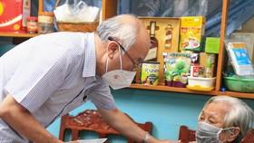 Trưởng Ban Tuyên giáo Thành ủy TPHCM Phan Nguyễn Như Khuê thăm hỏi người cao tuổi ở quận 10. Ảnh: DŨNG PHƯƠNG