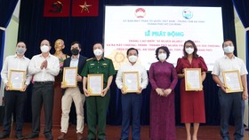 Phó Bí thư Thành ủy TPHCM Nguyễn Hồ Hải và Chủ tịch Ủy ban MTTQ Việt Nam TPHCM Tô Thị Bích Châu trao thư cảm ơn cho các đơn vị tài trợ. Ảnh: DŨNG PHƯƠNG