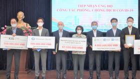 Chủ tịch Ủy ban MTTQ Việt Nam TPHCM Tô Thị Bích Châu tiếp nhận ủng hộ từ Tổng Lãnh sự quán Hàn Quốc tại TPHCM và các doanh nghiệp Hàn Quốc trao tặng.