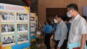 Các đại biểu tham quan triển lãm ảnh chuyên đề Bác Hồ với thanh niên. Ảnh: ĐÌNH LÝ