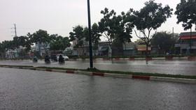 Cơn mưa lớn kèm theo giông vào chiều ngày 30-4. Ảnh: CHÍ THẠCH