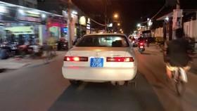 Chiếc xe biển xanh 80B chở phụ nữ, trẻ em hú còi ưu tiên inh ỏi trên đường phố quận 2, TPHCM.