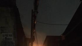 Ngọn lửa bùng cháy dữ dội. Ảnh: ĐAN NGUYÊN