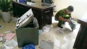 Công an khám nghiệm 1 vụ trộm tài sản trước đó. Ảnh: ĐAN NGUYÊN