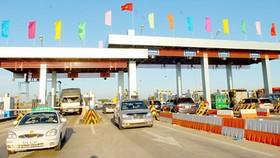 Xe qua trạm thu phí đường cao tốc TPHCM - Trung Lương. Ảnh: KIM NGÂN