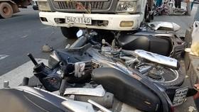 Hiện trường vụ xe tải húc nhiều xe máy giữa giao lộ. Ảnh: CHÍ THẠCH