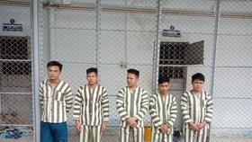 Một nhóm đối tượng bắt giữ người trái pháp luật trước đó. Ảnh: CHÍ THẠCH