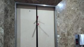 Lực lượng chức năng giải cứu các nạn nhân mắc kẹt bên trong thang máy của khách sạn.