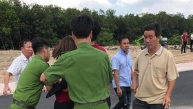 Công an khống chế đưa một nhân viên của Công ty địa ốc Alibaba về trụ sở. Ảnh: P.T.