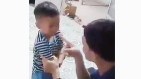 Người cha tát con nhỏ tới tấp ở Tiền Giang. Ảnh cắt từ clip