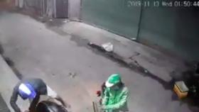 Hai thanh niên dùng dao, bình xịt hơi cay tấn công người dân cướp tài sản táo tợn.