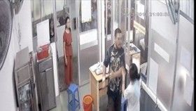 Hình ảnh cắt từ camera bệnh viện cho thấy người đàn ông hành hung nữ điều dưỡng.