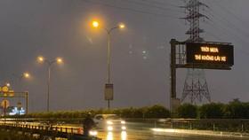 """Bảng điện tử cao tốc với nội dung """"Trời mưa thì không lái xe…"""" gây xôn xao."""