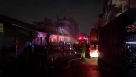 Lực lượng chức năng tại hiện trường vụ cháy.