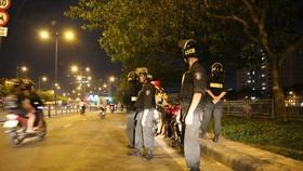 Tổ công tác 363 tiến hành tuần tra vào ban đêm. Ảnh: CHÍ THẠCH