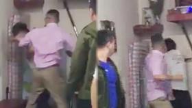 Clip ghi lại cảnh võ sư Nam Nguyên Khánh bị đánh
