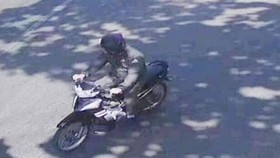 Hình ảnh đối tượng bịt mặt dùng súng khống chế nữ Bí thư Huyện ủy Lộc Ninh cướp tiền