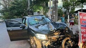 Hiện trường vụ tai nạn làm  tài xế GrabBike tử vong, nữ tiếp viên hàng không bị thương nặng. Ảnh: MXH