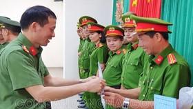 Đại tá Vũ Hồng Văn, Giám đốc Công an tỉnh Đồng Nai trao quyết định điều động bố trí cán bộ theo tổ chức bộ máy mới. Ảnh: Công an Đồng Nai