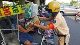 Lực lượng CSGT TPHCM đã tặng nhiều phần quà thiết thực hỗ trợ người dân có hoàn cảnh khó khăn. Ảnh: CA cung cấp