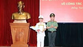 Thiếu tướng Lê Tấn Tới, Thứ trưởng Bộ Công an trao quyết định bổ nhiệm Đại tá Trần Tiến Đạt giữ chức Phó Giám đốc Công an tỉnh Đồng Nai. Ảnh: ANH THƯ