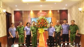 Thiếu tướng Đinh Thanh Nhàn, Phó Giám đốc Công an TPHCM tặng hoa cho đại diện Viện KSND TPHCM
