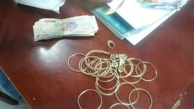 Số tiền và vàng được 2 vợ chồng thu gom rác nhặt được