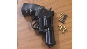 Khẩu súng Rulo cùng đạn thu giữ. Ảnh: CA
