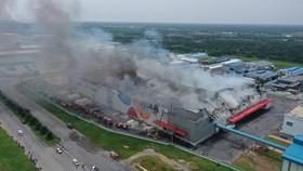 Đang cháy lớn công ty ở KCN Hiệp Phước, huyện Nhà Bè. Ảnh: CHÂU TRỊNH