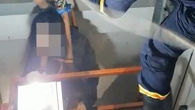 Giải cứu thành công cô gái mắc kẹt trong thang máy bị rơi