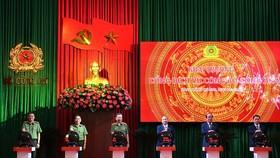 Thủ tướng Chính phủ Nguyễn Xuân Phúc; Bộ trưởng Tô Lâm cùng các đại biểu ấn nút khai trương Cổng dịch vụ công Bộ Công an