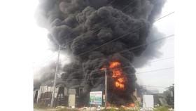 Cháy xưởng làm đồ trang trí Noel ở quận 9 khói đen bốc cao hàng chục mét