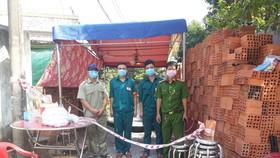 Lực lượng chức năng phong toả con hẻm nơi Kha ở. Ảnh: CHÍ THẠCH