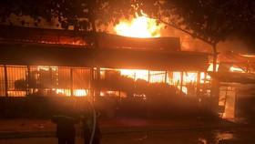 Cháy lớn ở xưởng gỗ quận 12, nhiều người hoảng sợ