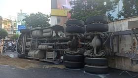 Xe container lật chắn giữa vòng xoay, giao thông ùn ứ kéo dài