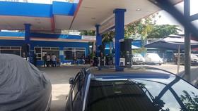 Công an phong toả khám xét cửa hàng xăng dầu ở quận Gò Vấp. Ảnh: CHÍ THẠCH