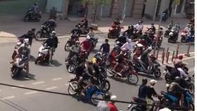 """Hình ảnh nhóm """"quái xế"""" nẹt pô,bốc đầu, gây rối trật tự công cộng ở đường Tô Ký, huyện Hóc Môn"""