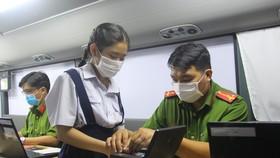 Lực lượng công an làm CCCD gắn chip cho người dân trên địa bàn TPHCM. Ảnh: CHÍ THẠCH