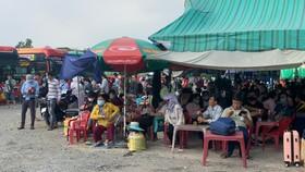 """Tổ liên ngành kiểm tra với """"bến xe cóc"""" 397 đường Đinh Bộ Lĩnh, quận Bình Thạnh. Ảnh: CHÍ THẠCH"""
