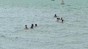 Thợ lặn tìm kiếm thi thể bé 2 tuổi mất tích ở sông Soài Rạp