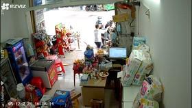 """Bắt 2 """"bợm nhậu"""" chuyên giả vờ mua rồi cướp bia của các cửa hàng ở TP Thủ Đức"""