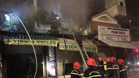 Lực lượng chữa cháy ở căn nhà kết hợp kinh doanh, sản xuất ở quận 3. Ảnh: CHÍ THẠCH