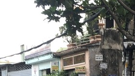 Lực lượng chức năng phong toả con hẻm 129 đường Tam Châu, khu phố 2, phường Tam Bình, TP Thủ Đức (TPHCM). Ảnh: CHÍ THẠCH