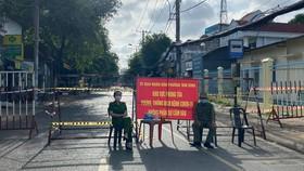Lực lượng chức năng phong tỏa khu vực có ca nghi mắc Covid-19, phường Tam Bình, TP Thủ Đức. Ảnh: CHÍ THẠCH