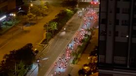 """Nhóm """"quái xế"""" tụ tập đua xe trên đường Nguyễn Hữu Thọ vào rạng sáng 29-6. Ảnh: N.S."""