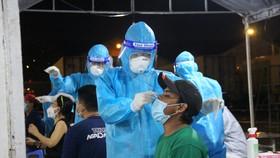Người dân được lấy mẫu xét nghiệm Covid-19 ở TP Thủ Đức vào tối 30-6. Ảnh: CHÍ THẠCH