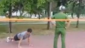 Nam thanh niên vô tư tập thể dục dù bị nhắc nhở. Ảnh cắt từ clip