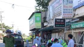 Lực lượng chức năng xử phạt nhiều trường hợp vi phạm Chủ thị 16 ở huyện Bình Chánh