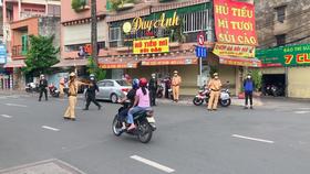 Công an quận Tân Bình làm việc với 1 trường hợp tham gia lưu thông trên địa bàn. Ảnh: CHÍ THẠCH