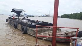 Ghe gỗ chứa hơn 10.000 lít nghi dầu DO không rõ nguồn gốc trên sông Sài Gòn